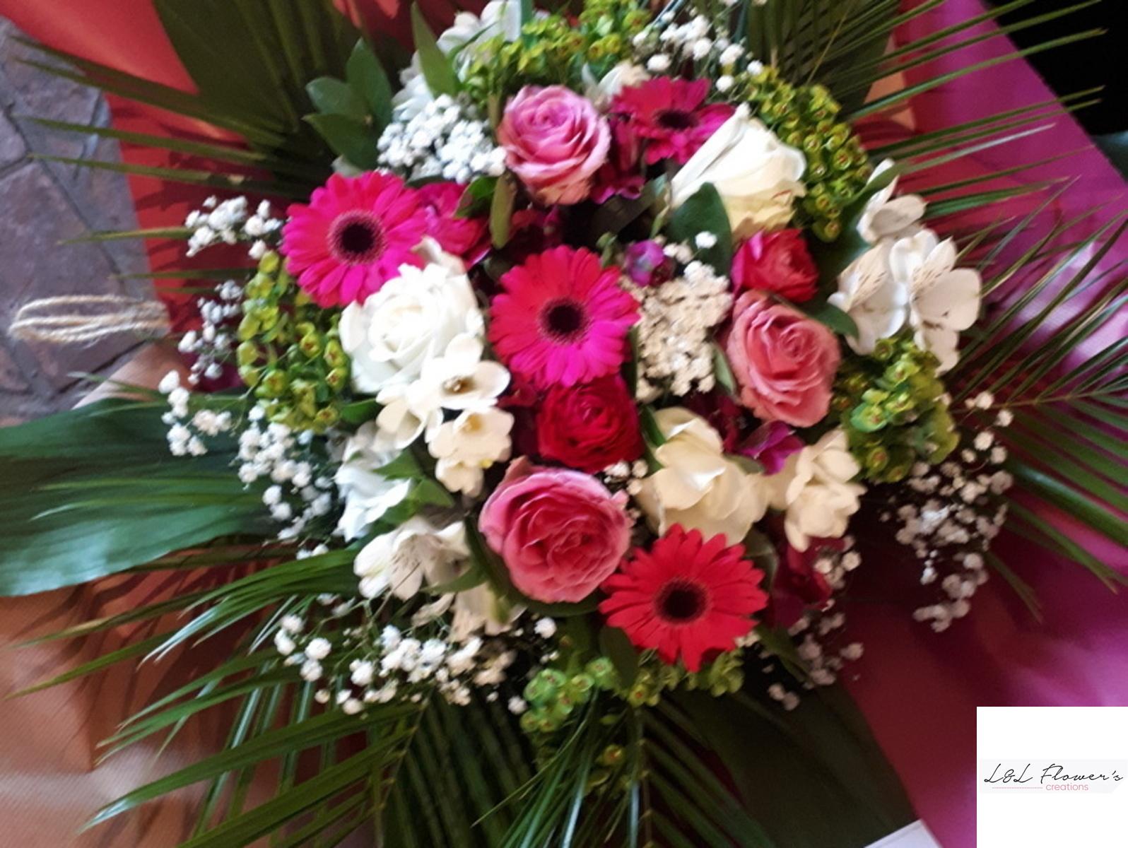 Bouquet de fleurs La Bruyère. Roses, fleurs de saison.
